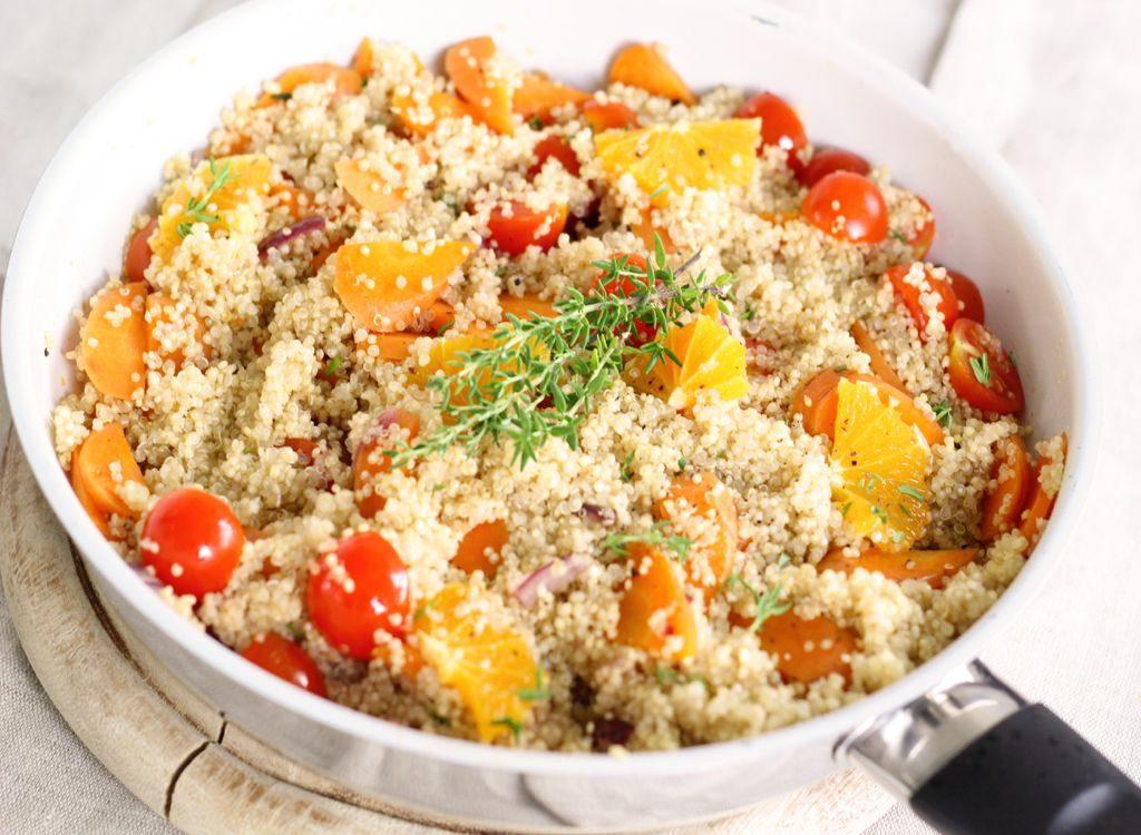 Salata od kinoe, pomrandže i povrća
