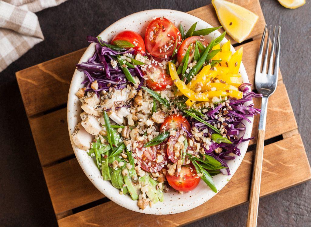 Obrok salata sa belim mesom i orasima